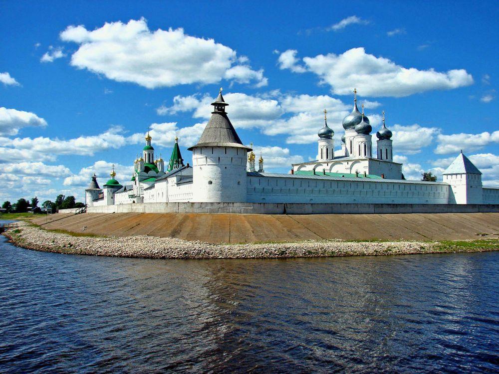 Макарьев монастырь красив в любую пору, но особенно он хорош в лучах.